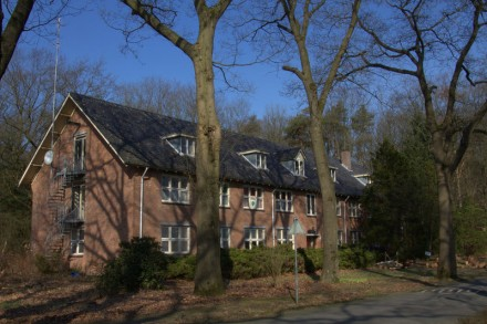 Het Hack42 pand te Arnhem staat in een bosrijke omgeving.